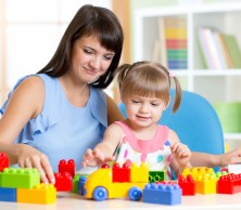 shutterstock_307693337 mum and toddler playing with bricks